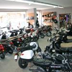Plus de 100 m² d'exposition pour présenter nos scooters et accessoires